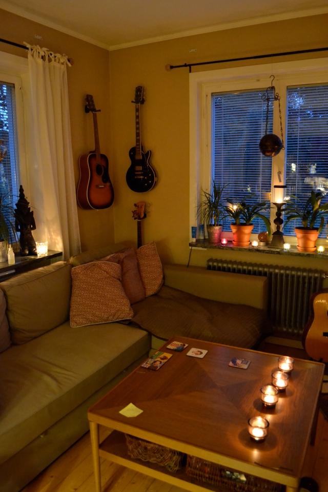 Vårat lilla fina vardagsrum, som just nu är upplyst av nästan 30st värmeljlus. Det får gärna regna och storma på bäst det vill, vi ska käka sen middag och dega i soffan heeeeela kvällen ^^