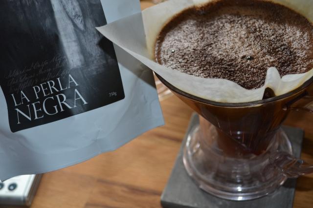 Dagens fräscha kopp kommer från Costa Rica. La Perla Negra är ganska mild och fin, syrlig och blygsamt angenäm. Riktigt gott och helt nyrostat, det riktigt bubblade i filtret :)
