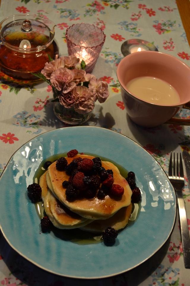 Idag toppar jag pannkakorna med hallon, blåbär & björnbär och SJÄLVKLART lönnsirap! Mums!