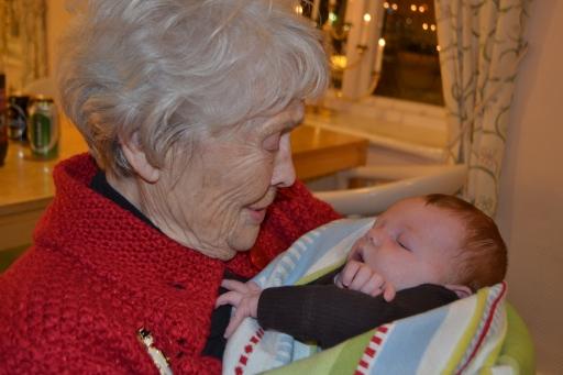 Första mötet med Theos mormorsmor kändes stort. Hon höll honom i famnen och struttade runt som en stolt hönsmamma! Så himla fint!!