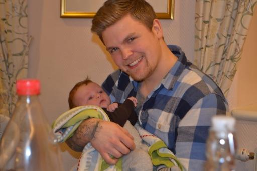 Lillebror kommer bli en episk pappa - kolla bara, han ser ju ut som ett riktigt proffs!