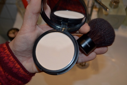 Now its time to apply your powder. I use a kabuki-brush to get a fluffy and natural result, and a powder (MUS) that has no pigment. Im not looking to put color on my face by adding powder, but to smoothen the skins look out. The color should be in the concealer and foundation.