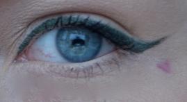 Såhär ser eyelinern ut. Idag har jag skulpterat linjen med hjälp av tejp som jag spanade på på YouTube. Det kan vara ett bra tips för att få en jämn, rak och skarp linje. Blev rätt bra tycker jag! Färgen på eyelinern älskar jag också - den funkar bra med blåa ögon!