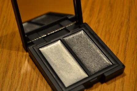 Denna superfina créme-skuggepalett med två metalliska, gråa kulörer är en ny favorit. De är lätta att applicera och glimmar riktigt fint, Kommer att vara supersnygga som bas till pulverskuggor också!
