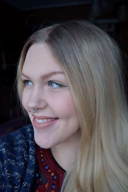En snygg och ganska lågmäld makeup för vardagsbruk! Det är alltid snyggt med en neutral bas och en sjysst eyeliner!