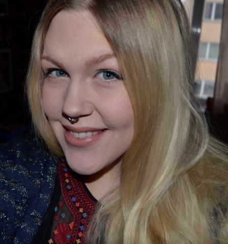 Dagens look är en naturlig, neutral makeup med en skogsgrön eyeliner och en ombre-läpp i hudfärg som skiftar mot rött/lila. Idag har jag även testat att jobba med contouring, för att skulptera kinderna och näsan.