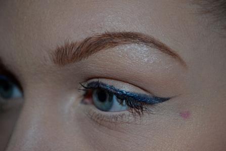 Skarp & böljande eyeliner som följer ögat. Denna eyeliner ären pressad puderskugga från Bangerhead - jag älskar den!! Blöter upp den med lite mixingliquid från Makeup store, sen är det bara att måla på! Här kan du köpa den fina skuggan!