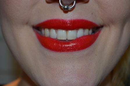 Ett klarrött, sexigt läppstift är ett måste om du vill anamma 60-talsstilen. Här har jag använt läpp-penna från maxfactor som bas, sedan Crimson Matte från Makeup Store, toppat med lite, lite mörkrött gloss från Isadora.