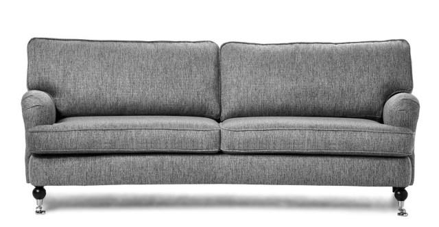 Vår nya fina soffa! Tyvärr levererade mio så bra och soffans underrede var knäckt vid leverans... Men det kommer en ny snart, så vi får ha MER tålamod... Hur som helst kommer soffan passa PERFEKT med våra andra lite vintageaktiga möbler och det ska bli så himla kul att bjuda hem folk till vårt fina hem!!