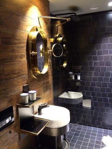 När vi var i Umeå bodde vi på nybyggda Stora Hotellet som verkligen var HUR FINT SOM HELST! Det är inrett i lite spök-piratstil och det var mycket inspirerande. Toaletten som vi ska renovera hemma har vi inte riktigt moodboardat färdigt, så det var roligt att låta inspireras av toaletten på hotellrummet. Den var lite mörkare och murrigare än vi kommer att bygga våran, men vissa detaljer var riktigt fräcka!